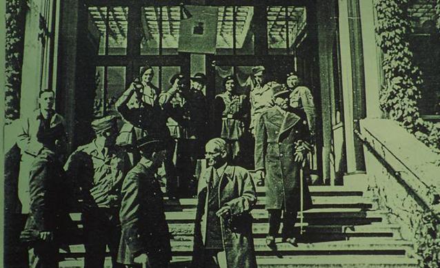 General Jean de Lattre de Tassigny mit Mannen vor dem Eingang des Löchnerhauses  am 26. Mai 1945