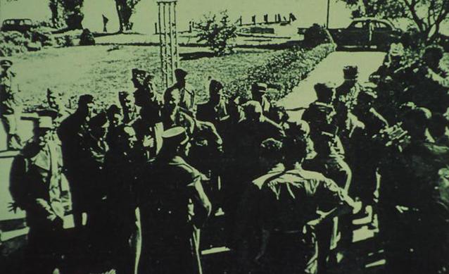 Französische Armeeangehörige vor dem Löchnerhaus, fotografiert vom Eingang aus Richtung See